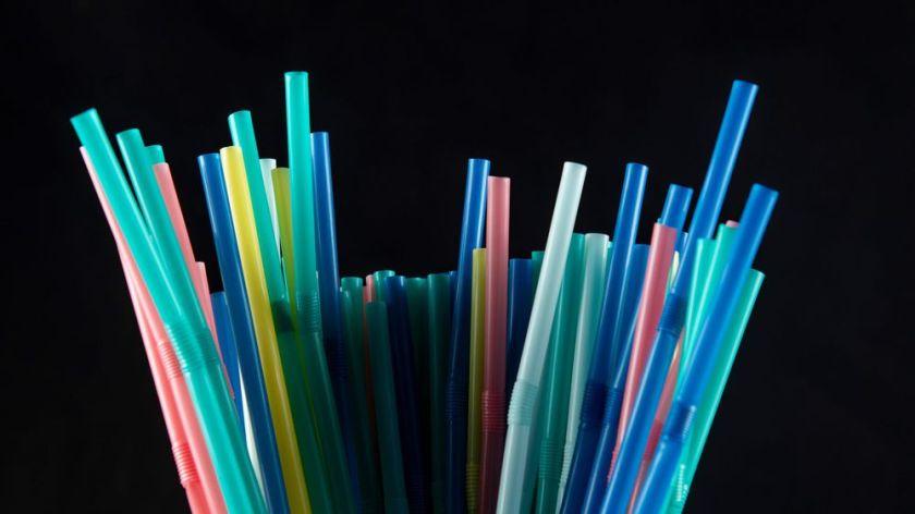 apres-les-sacs-a-usage-unique-les-touillettes-pour-le-cafe-et-les-pailles-qui-finissent-par-gonfler-les-continents-de-plastique-dans-les-oceans-pourraient-etre-interdits-en-france-a-partir-du-1er-janvier-2020_6105846.jpg